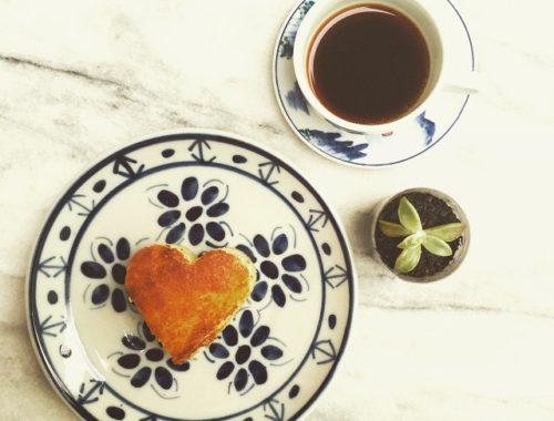 """Chuva, café coado, bolo de fubá e a """"jardinagem"""" do dia! Das pequenas pausas auspiciosas que precisamos diariamente. ☕️"""